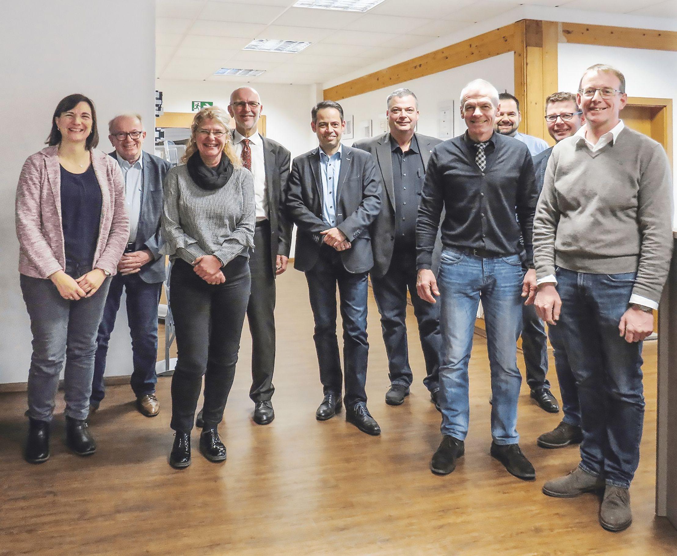 Gruppenbild im Eingangsbereich des Bürotraktes von robecco zum Abschluss des Besuches von Wirtschaftsministerium und Wirtschaftsförderung bei robecco in Horhausen