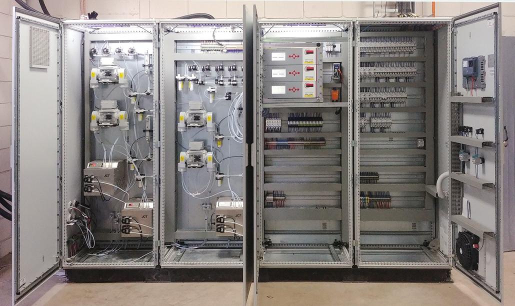 Schaltschrankabbildung Schrank bei Inbetriebnahme vor Ort in Kolumbien, offen, mit Analyseequipment